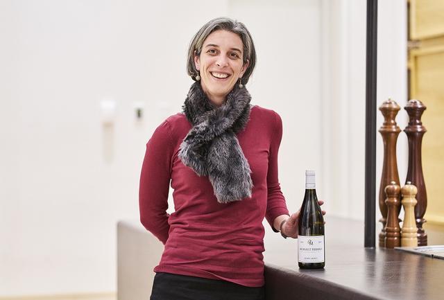 画像: Pierre MOREY / Meursault 1er Cru Perrieres 2015 卓越した「ムルソー」の造り手で、一族の歴史は1793年に遡る。アンヌ・モレの父ピエールはドメーヌ・ルフレーヴの醸造長として活躍した人物で、1988年以降、ドメーヌ・ルフレーヴで仕事をしながら自身のドメーヌを立ち上げる。1991年からビオロジックやビオディナミで栽培、1997年にはすべての畑をビオディナミに転換した。「ムルソー プルミエ・クリュ ペリエール」は硬質なミネラル感が際立ち、酸味もエレガント(写真はアンヌ・モレ)