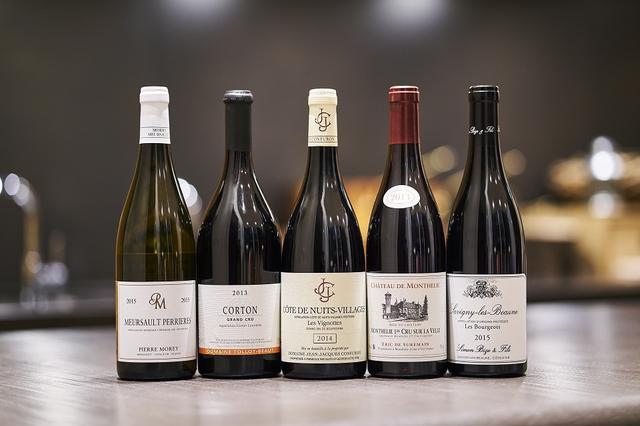 画像: それぞれのドメーヌを代表するワインを1本ずつ選んでもらった。 (写真左から)ピエール・モレの「ムルソー プルミエ・クリュ ペリエール 2015」、トロ・ボーの「コルトン グラン・クリュ 2013」、ジャン・ジャック・コンフュロンの「コート・ド・ニュイ ヴィラージュ レ・ヴィニョット 2014」、エリック ・ド・シュルマンの「モンテリー プルミエ ・クリュ シュル・ラ・ヴェル 2013」、シモン・ビーズの「サヴィニー・レ・ヴォーヌ レ・ブルジョ 2015」