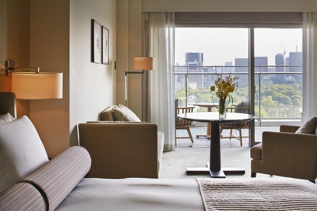 画像: ホテル南側の和田倉噴水公園に面するグランドデラックスの客室。バルコニー付きの客室は、都心の高層ホテルでは珍しい