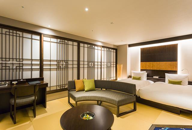 画像: ホテルのアイコン的な和楽ツインルーム「百合」<53.1㎡>は、畳敷きで素足になれる快適さが好評。ベッドは匠のマットレスで知られる、京都イワタ社製「ラークオール」