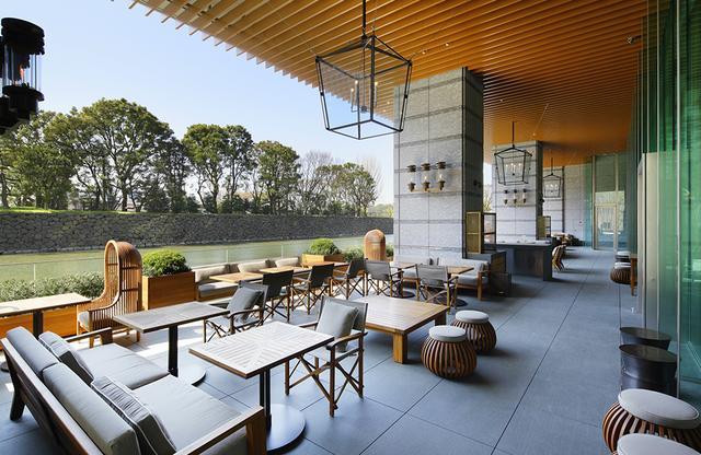 画像: 1階にあるグランド キッチンのテラス席。春を迎え、お濠の水面を間近に見る席はなんとも快適