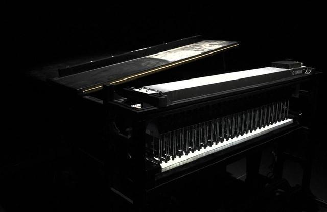画像: 水没したピアノの鍵盤部分に特殊な装置を施し、プログラミングに沿って音を鳴らす仕掛けに。このピアノの音は、アルバム『async』でも使用されている PHOTOGRAPH BY MASANOBU MATSUMOTO