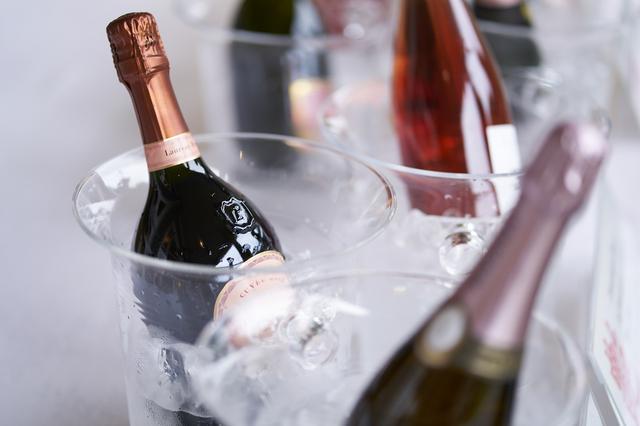 画像: 「Champagne Joie de Vivre」賞 授賞式で供されたシャンパーニュの数々。乾杯はノン・ヴィンテージで始まり、ブラン・ド・ブラン、ロゼ、プレステージと進んでいった。その多彩な味わいに多くのゲストが魅了された