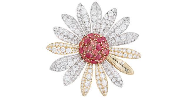 画像: 「マルグリット ダムール クリップ」 好きな人の思いを探る花占いのときめきを、輝くジュエリーに託して <イエローゴールド、ホワイトゴールド、ダイヤモンド、オレンジ&ピンク スピネル> COURTESY OF VAN CLEEF & ARPELS