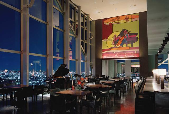 画像: 毎日生演奏が行われる「ニューヨーク バー」。 多国籍のゲストで埋まる光景は、まるでニューヨークにいるよう
