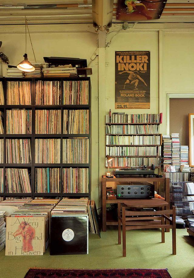 画像: 「インスピレーションソースは音楽」 という五木田が収集するLPレコード。戦いの場であり創作の拠点であるアトリエにはモダンジャズが流れる