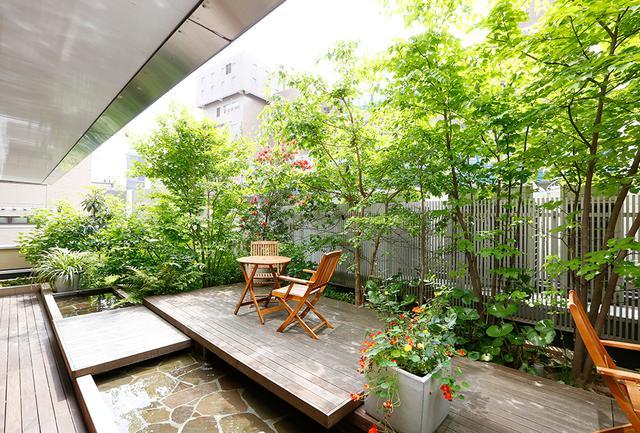 画像: パブリックスペースのリフレッシュラウンジ。 宿泊ゲストのためのマッサージチェアやコインランドリーなどを備え、外には緑あふれる空中庭園が広がる