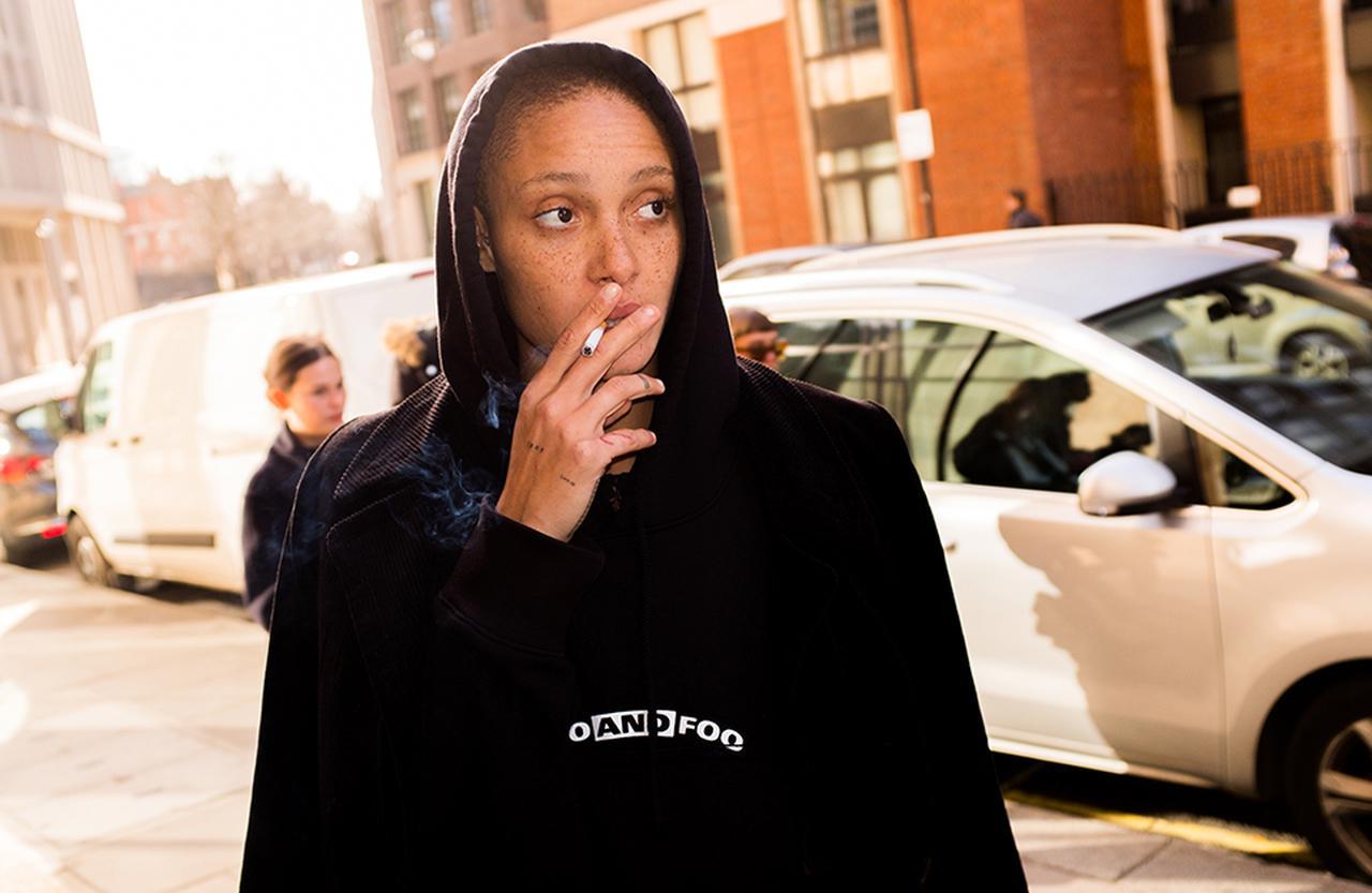Images : タバコに火をつけて|金曜日 PM2:00