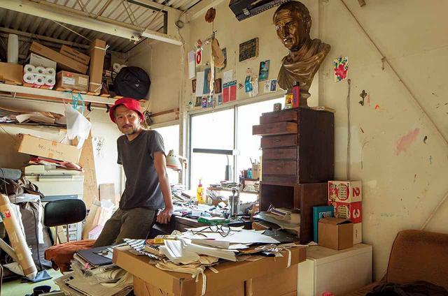 画像: 東京にある五木田のアトリエの作業用デスクは資料や道具であふれている