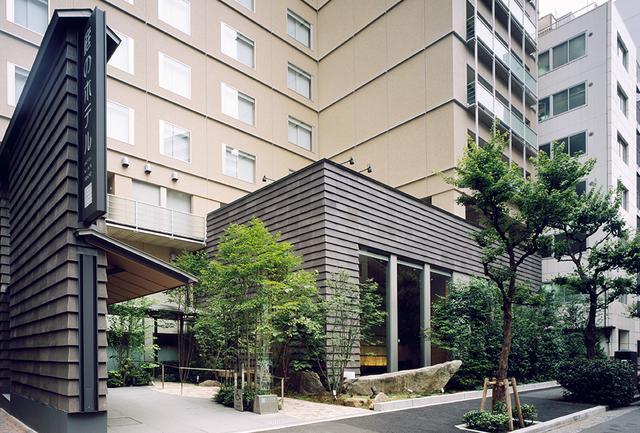 画像: 緑がホテルを包み込むようなホテルの瀟洒(しょうしゃ)な表玄関
