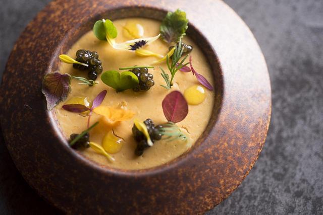 画像: 北海道産のウニに、生クリームと飴色に炊いた玉ねぎを合わせてムースに。キャビアの塩味をアクセントにした。フランス・ラングドック地方のフレッシュな辛口白ワインを合わせて