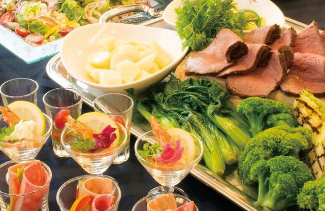 画像: 新鮮で安心・安全な料理が50種以上、リーズナブルな料理は大好評 PHOTOGRAPHS: COURTESY OF HOTEL CONTINENTAL