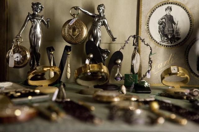 画像: 売り場には、この店の扱うおよそ3,000の貴金属製品のごく一部しか展示されていない。残りは18世紀の金庫に保管されている