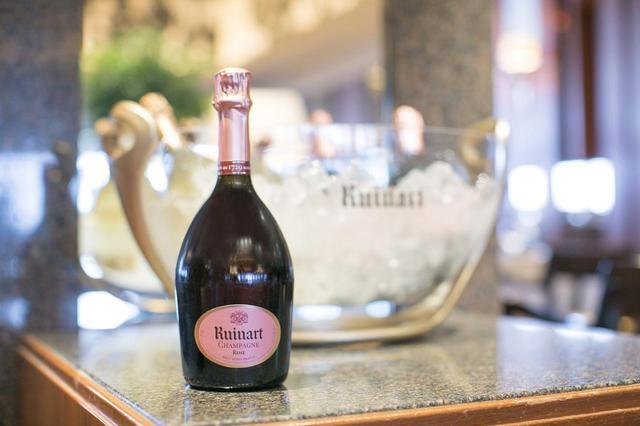 画像: ピノ・ノワールのふくよかさとシャルドネの透明感。「ルイナール ロゼ」は特別な日にふさわしい ルイナール ブラン・ド・ブラン ¥10,200 ルイナール ロゼ ¥10,200
