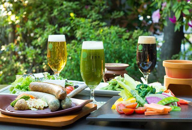 画像: お茶を利用したメニューの数々。写真左より「ビール」、「抹茶ビール」、「ほうじ茶 黒ビール」、1899オリジナルお茶ソーセージ(緑茶・番茶・紅茶)や、抹茶を使用した豆乳ベースソースの「彩り野菜の茶~ニャカウダ」