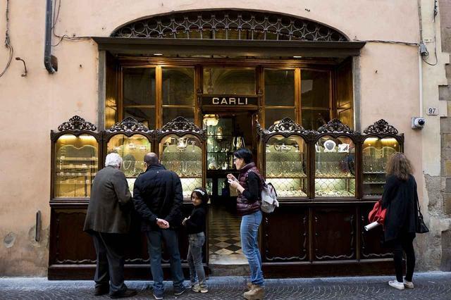 画像: 木彫が施された移動式の展示ケースは、フィレンツェの橋、ポンテ・ヴェッキオに並ぶジュエラーの店構えにインスパイアされたものと言い伝えられている。道行く人々は、ここでジュエリーの歴史を垣間見ることができる