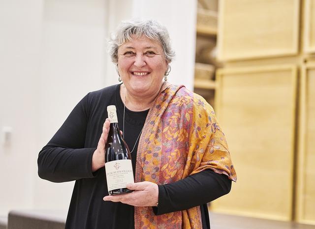 画像: Jean Jacques CONFURON / Cote de Nuits Village Les Vignottes 2014 プレモー・プリセに拠点をおく造り手で、「ロマネ・サン・ヴィヴァン」はドメーヌの至宝ともいえる存在。 現在、ドメーヌを率いるのは当主のアラン・ムニエと妻のソフィーで、彼女がジャン・ジャック・コンフュロンの娘にあたる。1991年からビオロジックで栽培を始めた。ドメーヌのスタイルは、全般に芳醇で果実味豊か。「コート・ド・ニュイ ヴィラージュ レ・ヴィニョット」は、果実味と酸のバランスが絶妙(写真はソフィー・ムニエ)