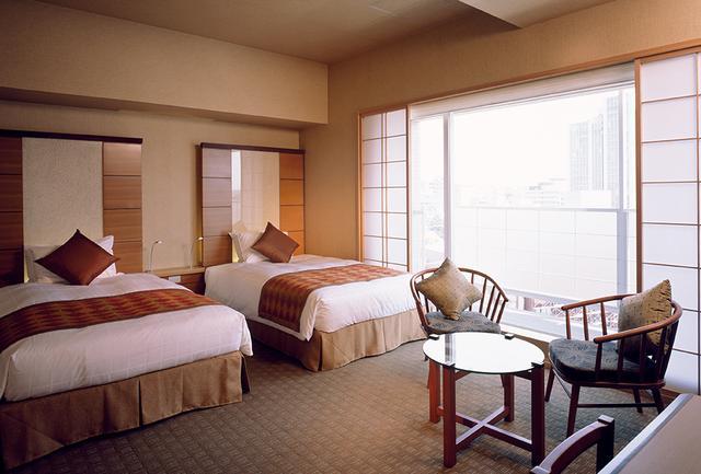 画像: コンフォートルーム。 客室は和の意匠がそれぞれ異なる5タイプ。窓からは障子を通して日本的な柔らかい日差しが入る。お茶セットは日本茶、南部鉄器の急須を用意