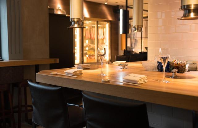 画像: シェフズカウンター。人気で予約がとりにくいのが、少々残念。がっつり肉を焼いて食べたいときはテーブル席もいい。奥には名だたるブランド牛が保管されているセラーが