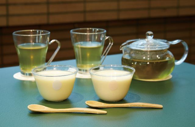 画像: 有精卵「身土不二(SHINDOFUJI)」の青玉と赤玉を使用した青玉(左)、赤玉(右)プリン。カラメルは入れないで、卵の味を楽しんでほしいという徹底したこだわりのレシピ PHOTOGRAPH BY KYOKO SEKINE