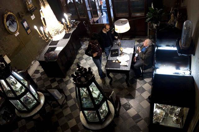 画像1: 消えゆく美を守り続ける イタリア最古のジュエリー店 「カルリ宝飾店」