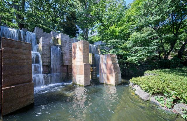 画像: 庭園に造られた涼しげな滝。この滝の見える位置に、チャペル「The Forest」がある