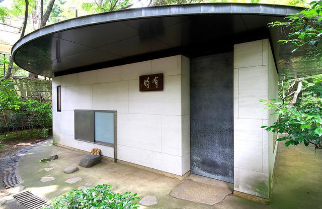 画像: 初夏のまさに今、したたるような新緑に包まれる磯崎新氏設計のお茶室「有時庵」
