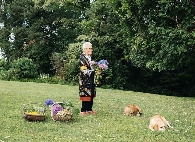 画像: つい先ごろのある朝、85歳にして働き者の女家長、ミッソーニの共同創設者であるロジータ・ミッソーニは、ミラノの北に位置するスミラーゴの自宅の庭園にTの取材チームを迎え入れてくれた。彼女の家は、ミッソーニのファクトリーの目と鼻の先にある