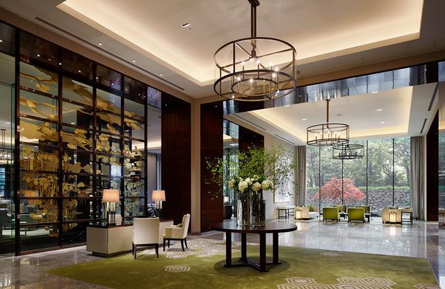 画像: エントランスのドアを開けるとこの優雅なたたずまい。お濠と緑を感じるメインロビーエリア。宿泊ゲスト用のロビーは通路を隔てて隣接