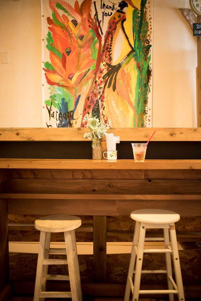 画像: 「アンディー」店内の壁の絵は、イラストレーターの及川キーダさん作。イベントのライブペインティングで描いた、オリエンタル感あふれる作品が2階のカフェの雰囲気をぐっと盛り上げている