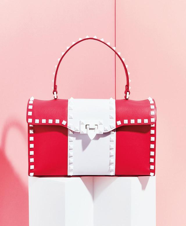 画像: ホワイト スタッズがアクセント。バッグ ¥239,000 ヴァレンティノ インフォメーションデスク(ヴァレンティノ ガラヴァーニ) TEL. 03(6384)3512