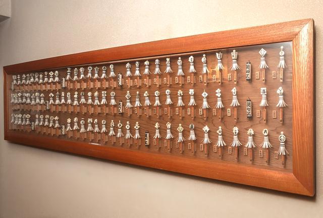画像: 玄関を入ったところから、数々飾られている骨董品。これは、2階廊下に飾られた江戸の纏の数々