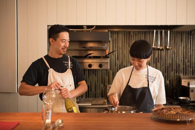 画像: 左が藤澤進太郎さん。右が侑子さん。メニューの内容や仕込みはふたりで。このお店は進太郎さんの実家である旅館「松㐂」のあった場所に作った。旅館へのオマージュを込めて、お店の名前に