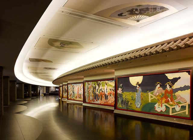 画像: ダイナミックな1階の回廊。彩色彫刻と天井画は足を止めて思わず見入る豪華さ