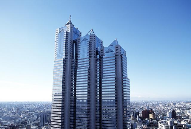 画像: 3つの塔が重なり合うように立つホテルの外観