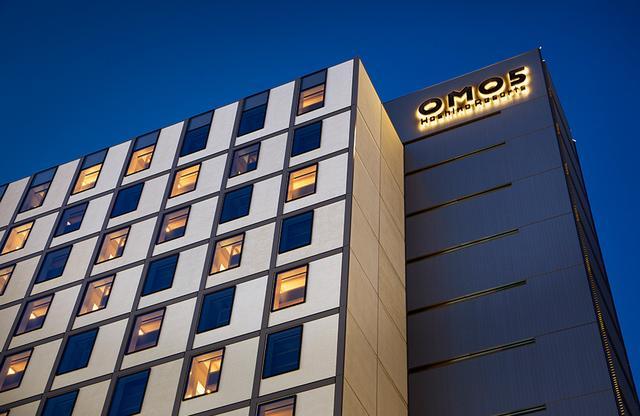 画像: 駅を降りると見える新築のホテル。1階の入り口からエレベータで4階へ直行、「OMOベース」でチェックイン