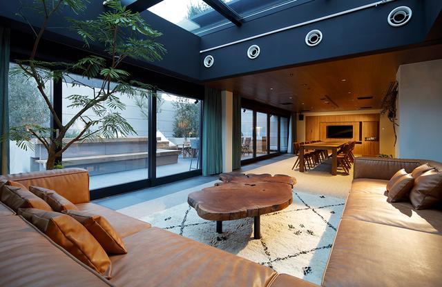 """画像: テラススイート<140㎡ + Terrace 70㎡>は、このホテル最大級のスイートルーム。キッチン、大きなダイニングテーブル、ワインセラー、サンルームなど贅沢な設備の整った、1~8名まで利用できる客室。楕円形のテーブルは渋谷区の木""""ケヤキ""""製"""