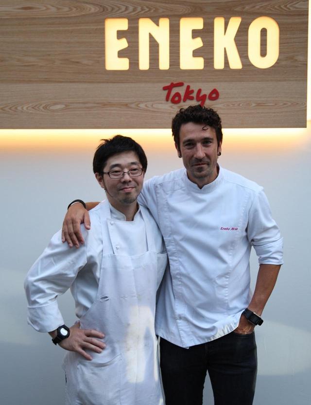 画像: (写真右)エネコ・アチャ・アスルメンディ。1977年生まれ。趣味のマラソンは、考えごとに集中できる貴重な時間だとか。 (写真左)磯島仁シェフ。「レストランクイーンアリス」舞浜店料理長を経て、「エネコ東京」シェフに就任。バスクの本店も訪れ、エネコシェフの信頼は厚い