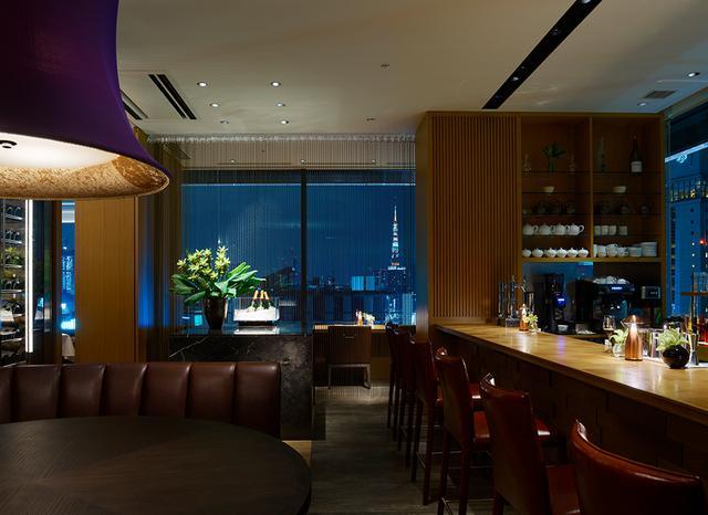 画像: 14階にあるレストラン「GINZA CASITA」。夜のバーから東京タワーを望む PHOTOGRAPH BY GINZA CASITA