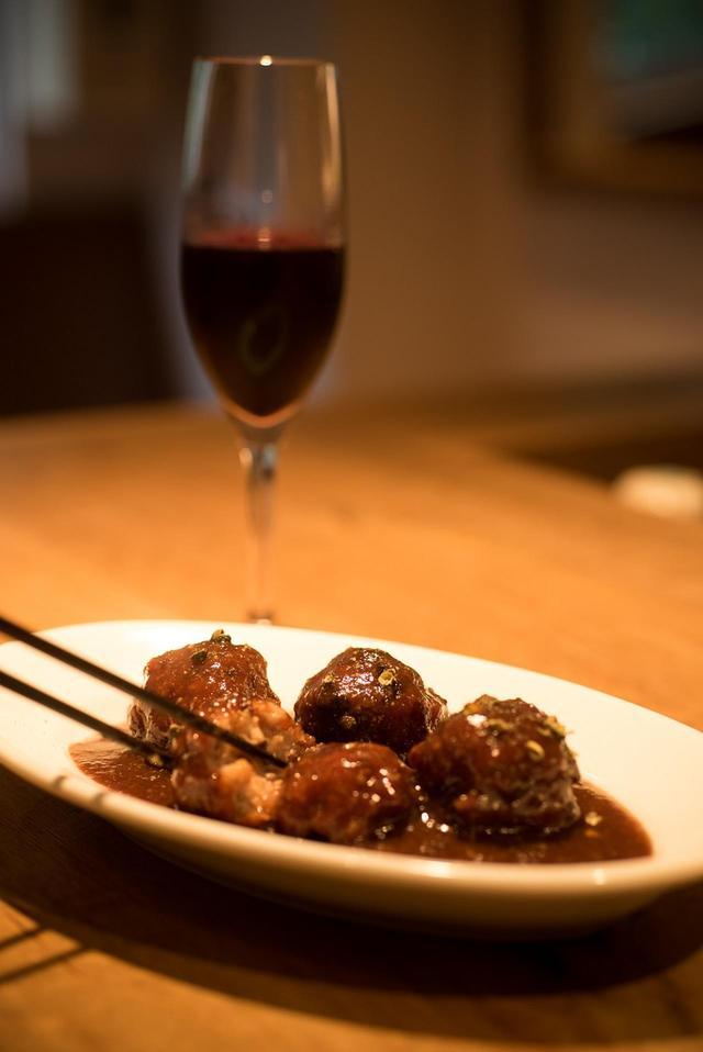 画像: 「ジュウバーの肉団子」¥680。ランブルスコ(中辛口)1本¥3,800。 メニューはアラカルトのみで、一皿¥680〜¥2,000、ビールやグラスワイン一杯¥680とお値段はリーズナブル