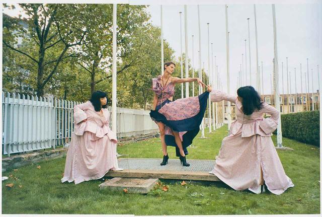 画像: モデルは、オランダ人のサスキア・デ・ブロウを起用。コレクション発表の前日に、パリのユネスコ本部を舞台に撮影された