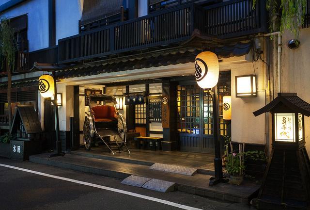 画像: 浅草の静かな通りに突如現れる江戸の街角のような、旅館の外観
