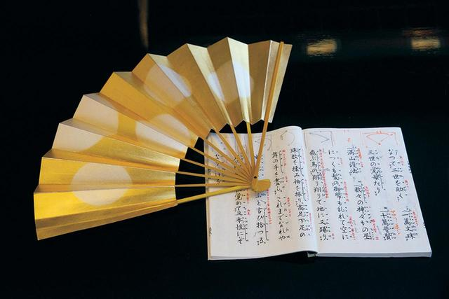 画像: 国内外を飛び回る高橋さんだが月に3回、能楽の金剛流の稽古に通う。舞台でシテ方を務めたときの謡本には書き込みがびっしり