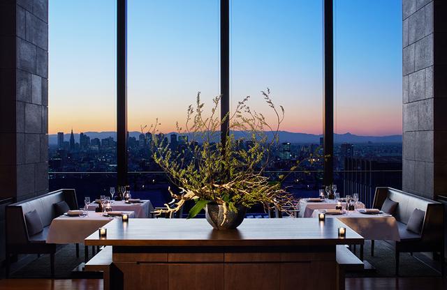 画像: イタリアンレストラン「ARVA」は、イタリアの食文化にインスパイアされた伝統的な料理を提供。窓外には遠く富士山も見える