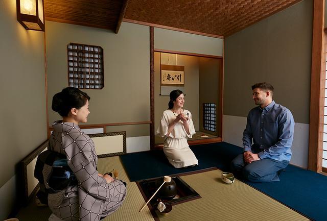 画像: 茶室でのお点前披露は、外国人観光客にも人気 PHOTOGRAPHS: COURTESY OF TAKANAWA HANAKOHRO
