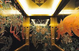 艶やかな螺鈿のエレベーター