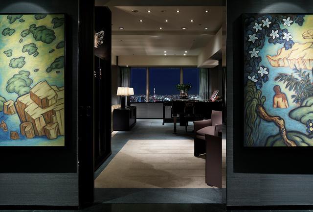 画像: 「トーキョー スイート」のエントランス。 越前谷嘉高の大型絵画「Seasons」など、アートが香るゴージャスな客室だ