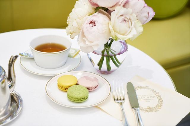 画像: マカロンにガナッシュをはさんだ、このスタイルを考案したのもラデュレ。青山店限定のユズ、季節限定のサクラとマッチャのマカロンに、「テ・マリー・アントワネット」の紅茶をあわせて