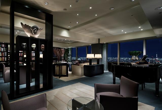 画像: 「トーキョー スイート」のリビングルーム。 写真左に飾られているマスクは、ホテルの随所で見られる結城美栄子氏の作品
