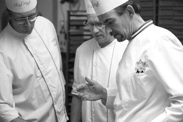 画像: 新作ショコラに込めた思いを語ってくれたギー・クレンザー氏(右)。常に学ぶ意欲をもち、最近も焙煎士やバリスタの資格を取得したばかり